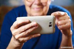65岁老人因每天玩手机11小时犯头晕就诊 医生建议:尽量不用手机