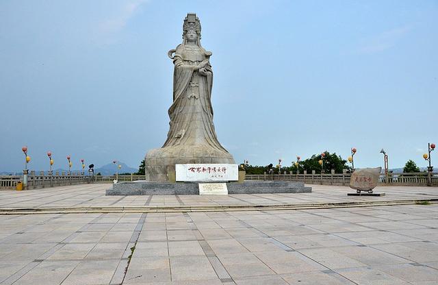 凤山祖庙既是汕尾市著名的风景区,也是粤东地区百姓和沿海渔民朝拜