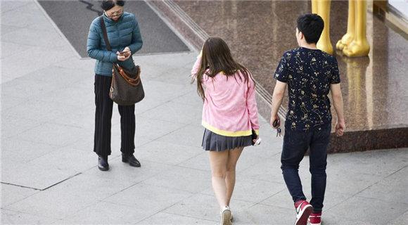 西安气温大幅回升 超短裙和羽绒服同框
