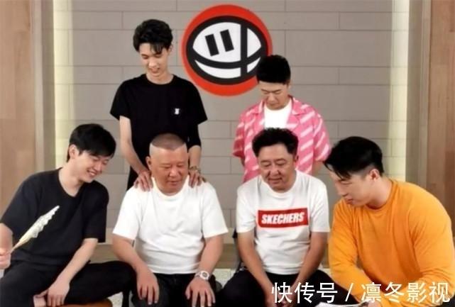 德云社斗笑社 坐在冷板凳上的烧饼一路黑着脸 网友:吃不起