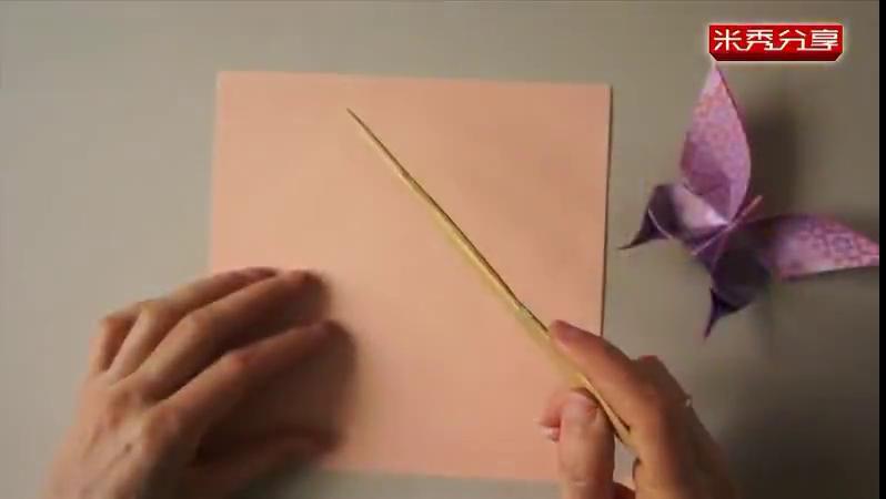 折纸又称工艺折纸,是一种以纸张折成各种不同形状的艺术活动。在大部分的折纸比赛中,要求参赛者以一张无损伤的完整正方形纸张折出作品。折纸发源于中国,在日本得到发展。欧洲也有自成一体的折纸艺术。19世纪,西方人开始将折纸与自然科学结合在一起。折纸不仅成为建筑学院的教.