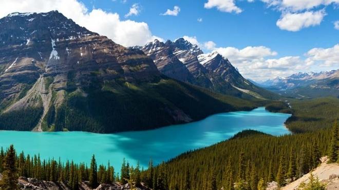 佩投湖,加拿大,美丽的湖泊有着惊人的颜色,极致的清澈让它分外圣洁。