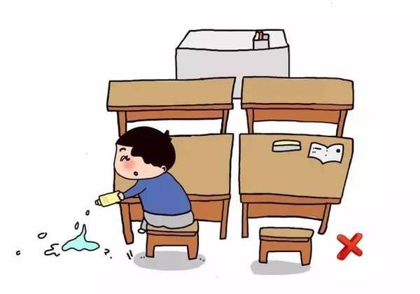 千万不要喷向同学,课本或地面,    小学生的桌椅一般都比较小,而班级