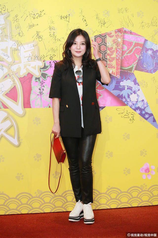 赵薇国际网友之家_赵薇素颜状态回春遭质疑?比起她的鞋子,拍照时的小动作也太丑了