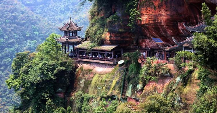 夕佳山风景名胜区距离蜀南竹海15公里,1996年被国务院批准为国家重点