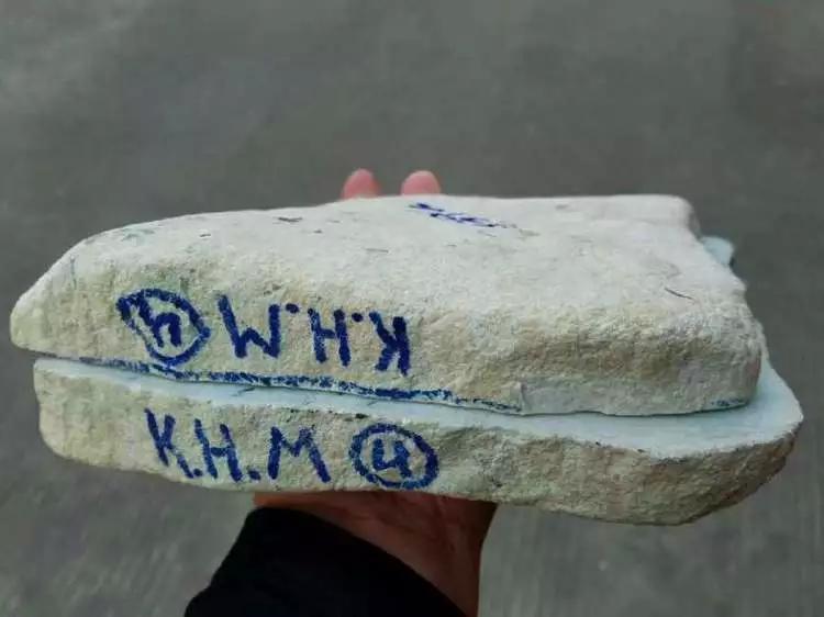 为讨老婆开心,男子花1万买的翡翠原石,竟如愿开出飘花手镯!