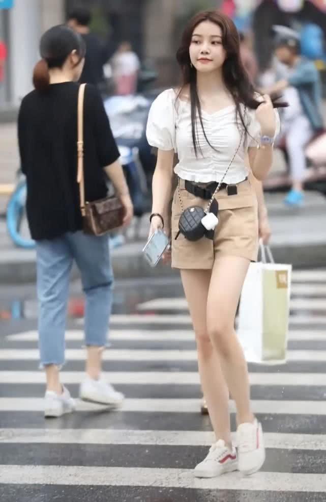 路人街拍:过马路的长发小姐姐,一袭白色上衣成熟俏丽!