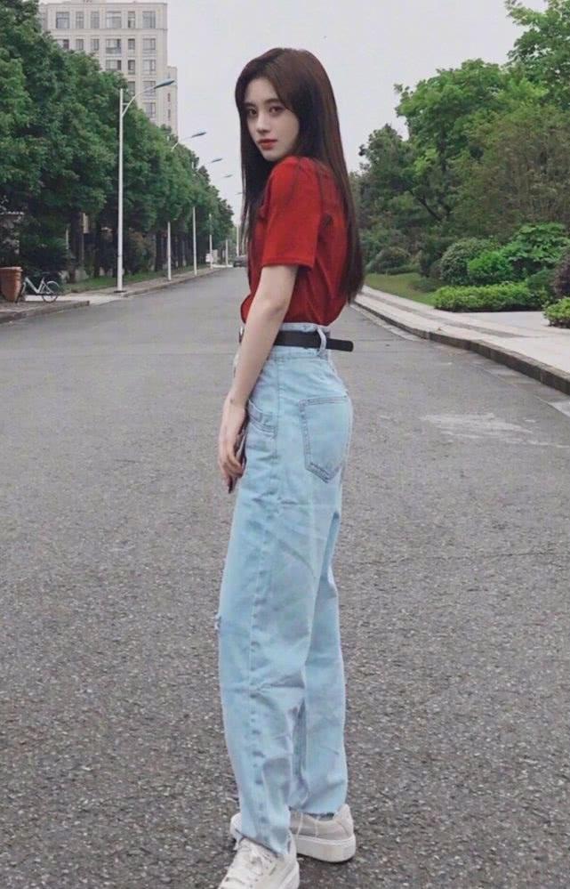 这回我相信鞠婧祎只有76斤了,裙子丝带绑得这么紧,还能往下掉插图(4)