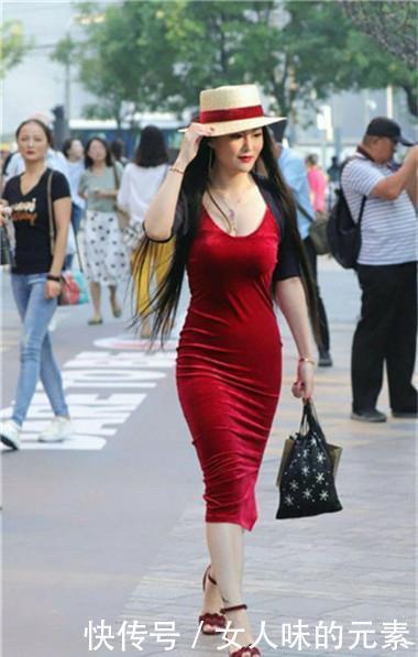 路人街拍,迷人性感的美女,尽显出淑女的气质