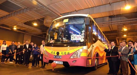 港珠澳大桥正式通车 首班跨境巴士出发