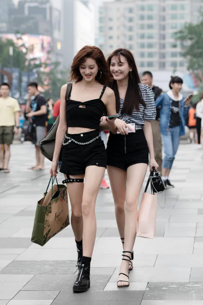 路人街拍:同穿黑色系搭配的闺蜜,一个时髦,一个甜美,都很好看