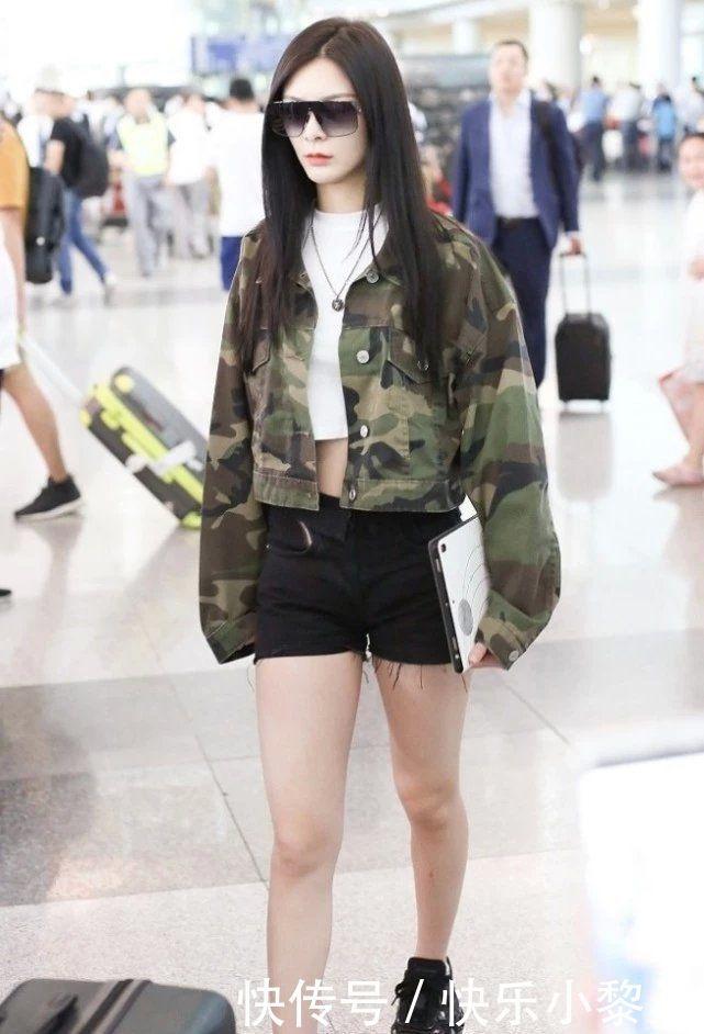 <b>傅菁机场街拍忘开滤镜,看到她的身材愣了,92斤是假的吧?</b>