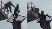 女子欲跳楼自杀消防员飞身救人