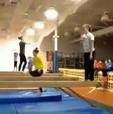 吓的那俩女的都不敢跳了。