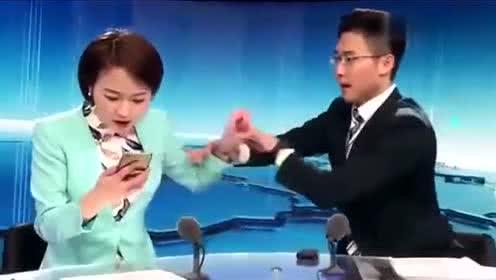 新闻联播女主持突然做了这种傻事,男主持拦都拦不住,太虎了!