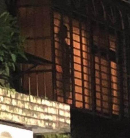 女子在阳台上上吊了!警察赶到尴尬了
