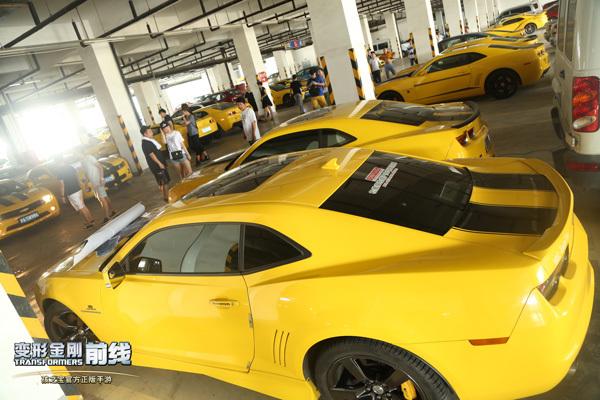 1停车场几十辆黄色科迈罗集结.jpg