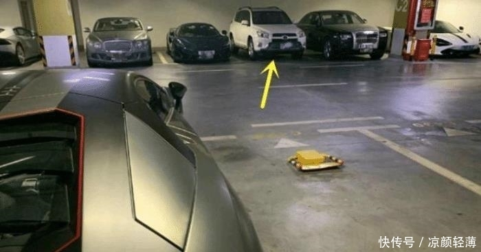 丰田车主转半天终于找到停车位!看到两边的车后犹豫了:压力太大