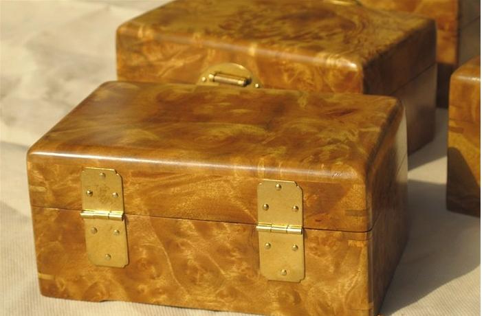 其实收藏界一直都没有忘记金丝楠,金丝楠的老家具的拍卖价和硬木老家具的价格相差无几,偶尔出现一段金丝楠老料,都会被视为宝物。 在王府井工美博物馆的一次艺术珍品展览中,一对金丝楠的顶箱柜标价三百多万,一套金丝楠的屏风标价一百多万,一只金丝楠的罗汉床标价七十万,其价格是同类红酸枝产品的数倍,甚至可以和黄花梨的同类产品相比。一时间,京城盛传金丝楠将是继海南黄花梨之后,又一种极具收藏价值的名贵木料。2014年香港百盛隆国际拍卖秋季藏品征集.