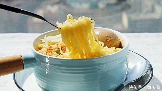 一个人的午餐,应着节气来碗面,5分钟端上桌,汤汁都没剩