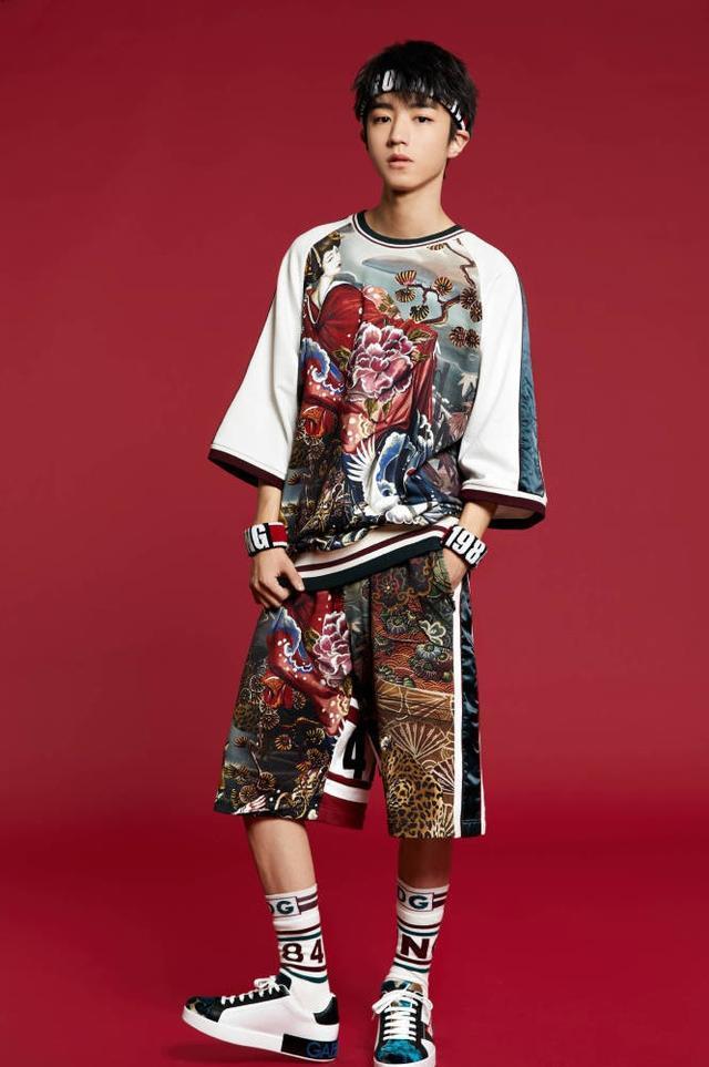 """你要的""""小王子""""上线了,穿着奢华刺绣的王俊凯,帅到骨子里"""