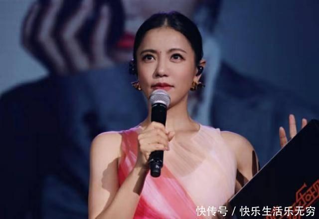 <b>歌手丁当从演唱会舞台摔下,粉丝为她感到担心,曾演唱《我爱他》</b>
