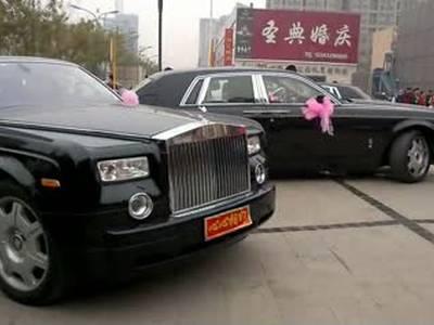 唐山现最牛婚礼 30辆劳斯莱斯幻影游街