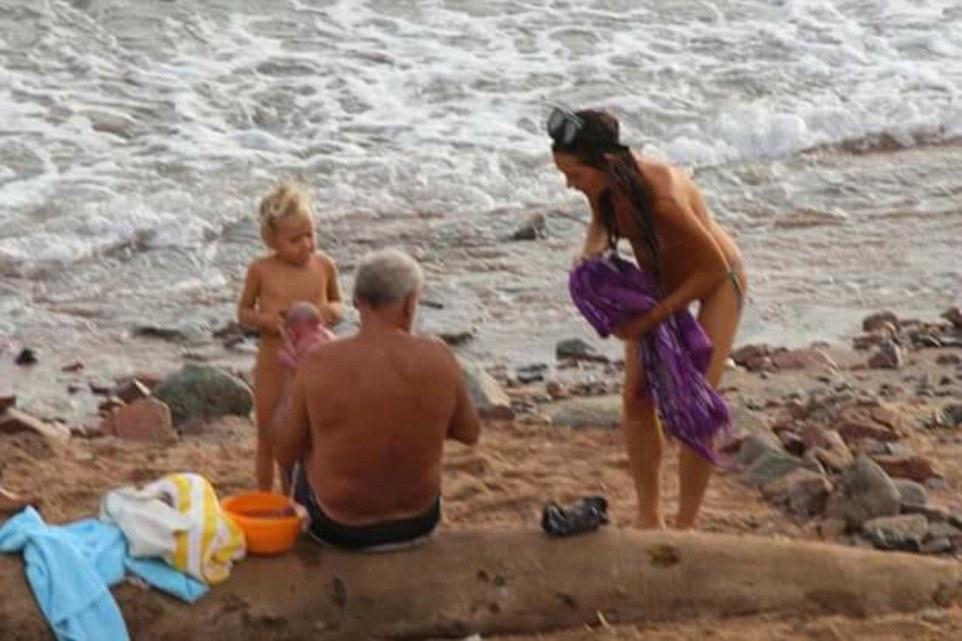 女游客在海水中分娩后淡定上岸