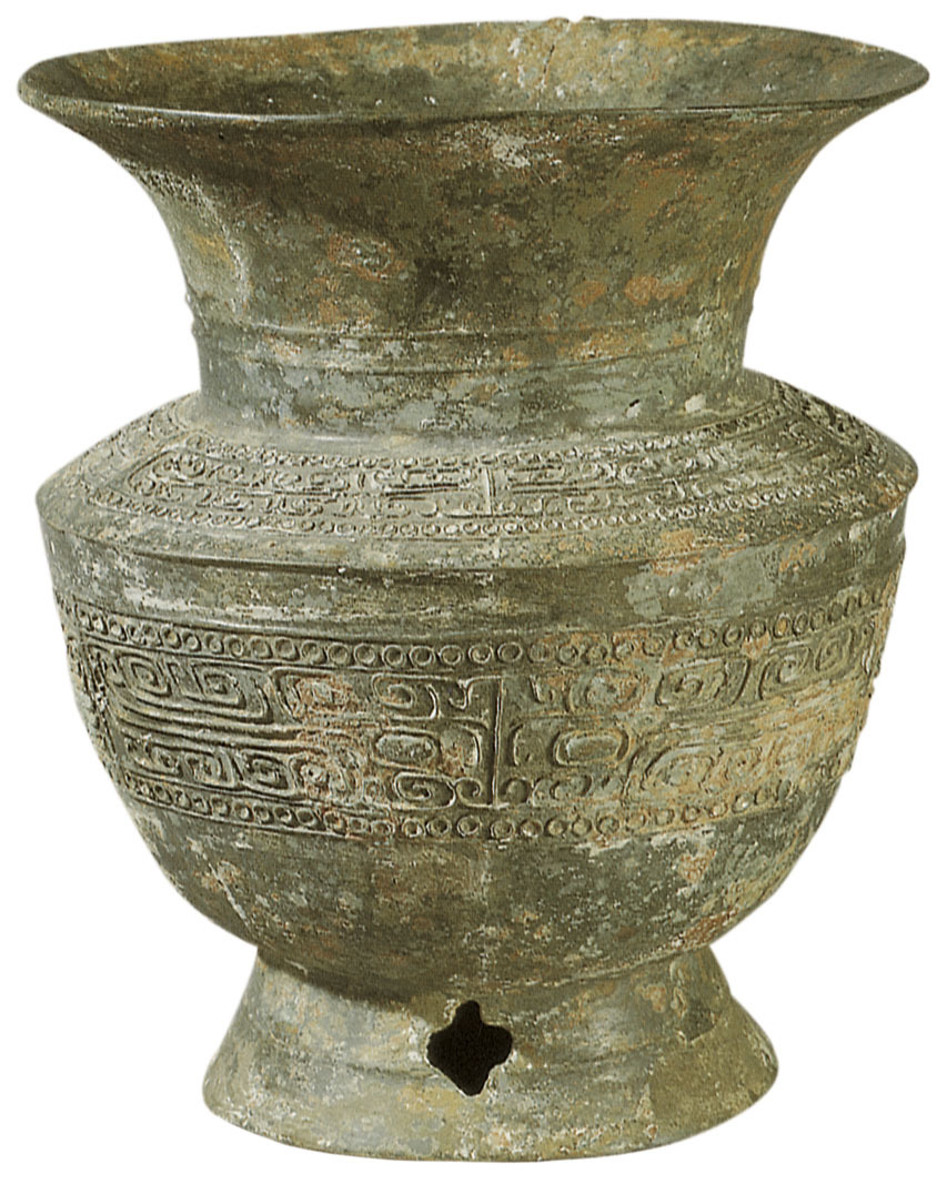 中国的青铜器时代在公元前两千年左右形成,至春秋战国时期,经历了十五个世纪。到商代晚期和西周早期,青铜冶炼与铸造的技术水平达到了巅峰。青铜器与中国奴隶社会的发展是一致的,它随着奴隶社会的产生而出现,又随着奴隶社会的解体而变迁,是中国奴隶社会文化最为直接的体现。 奴隶社会的人们在生产力水平低下的条件下,仰仗自然的恩泽而生存,同时又在无情残酷的自然现象面前,对各种不可知的物象产生了敬畏的观念及神秘的认识。人们在这种观念认识支配下,构造了万物有灵的形象世界。青铜时代的艺术表现出了神力兼并万物的倾向,以权力强化宗