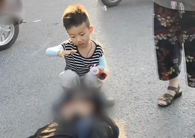 男子遇车祸被撞倒在地 7岁男孩用小手为他遮阳