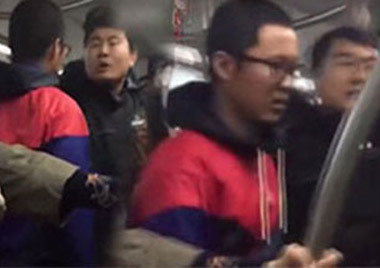 小伙在地铁上坐过站 肘击玻璃猛踹地铁门