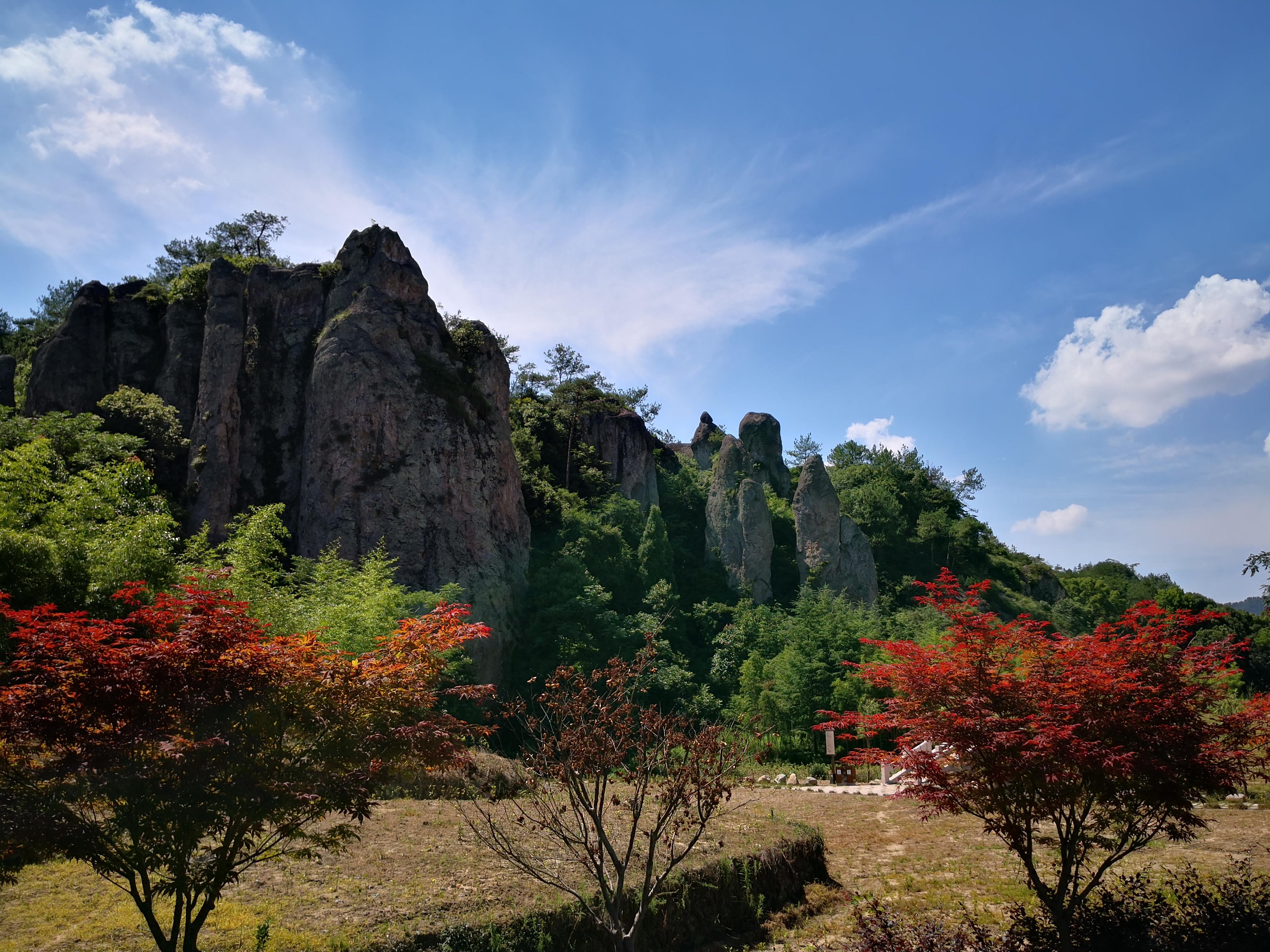 仙都风景区分布于东西约10公里的练溪两岸,由小赤壁,倪翁洞,鼎湖峰,芙