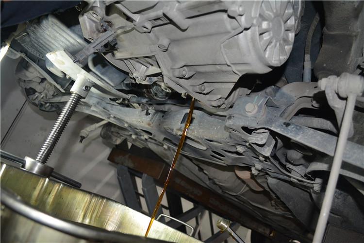 拧开放油螺丝,放掉变速箱油,1.7L左右。7速采用干式结构,其实变速箱油就是齿轮油。 7速DSG技术参数中有两组油,一个叫变速箱油(1.7L),这些油在变速箱里,只起到润滑和散热的作用。另一个叫控制单元油(1.0L),位于滑阀箱内,这些油的作用就是给传输阀提供油压。