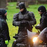 新《蝙蝠侠》片场照蝙蝠侠现身 黑暗骑士骑摩托亮相