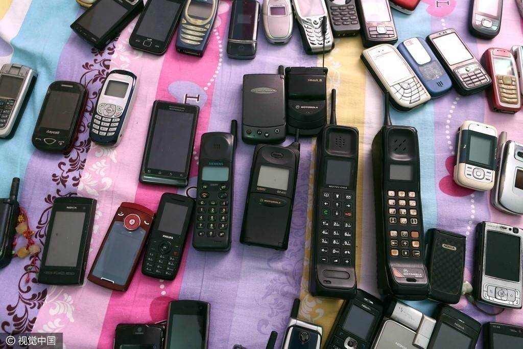 男子收藏近3000部手机欲开博物馆