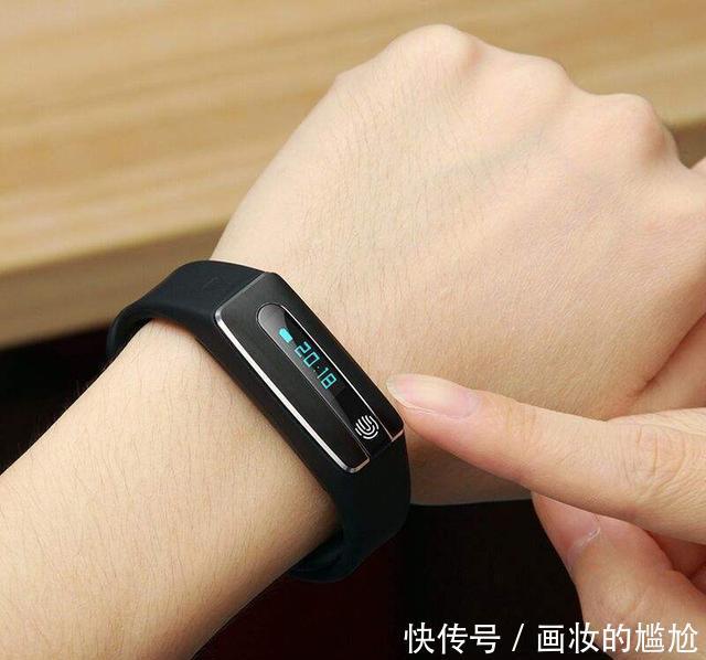 不要在佩戴手表,现在都流行佩戴智能手环,跟上时代的步伐吧
