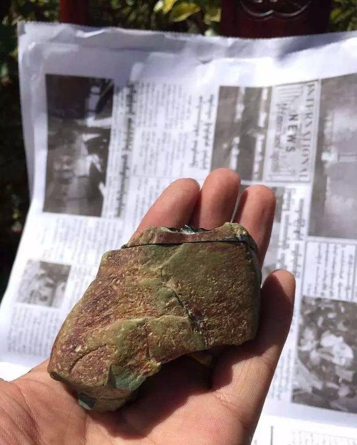 毫不犹豫拿下的翡翠原石,切出高品质的墨翠,成品戒面惊艳!