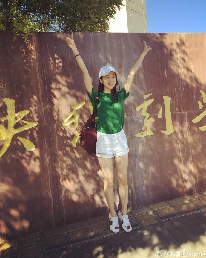 实用指数:★★★★ 而赵嘉敏则穿着白t,黑色牛仔裤现身,拎着2摞书一
