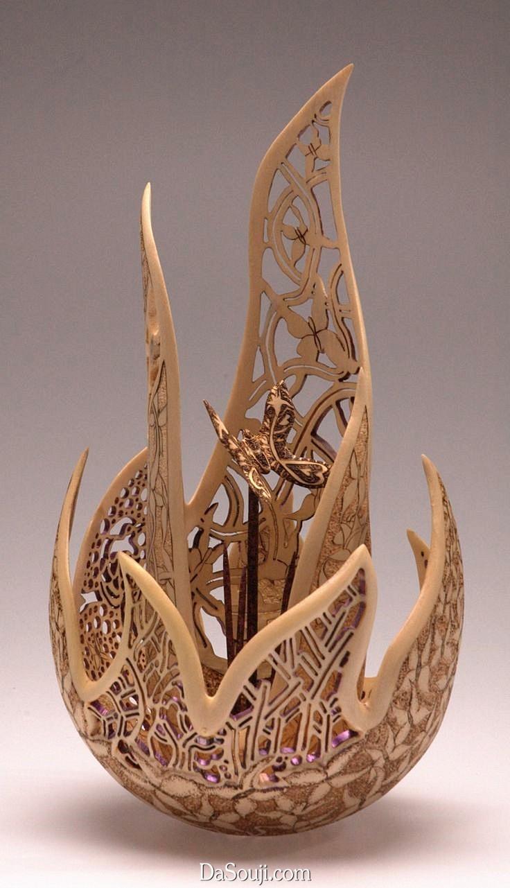 """木雕作品像一团飘逸的""""叶子""""或""""火焰""""中包裹着一个"""