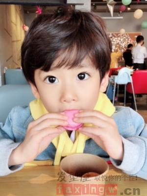 小男孩可爱蘑菇头发型 尽显童年快乐时光