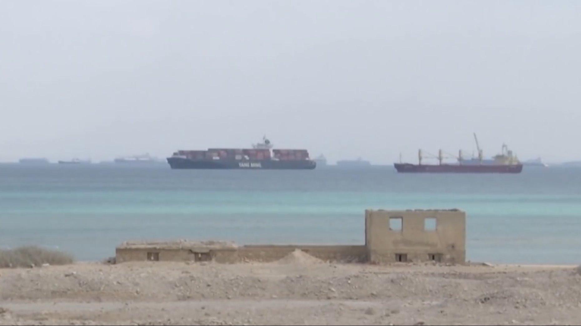 航拍苏伊士运河堵船画面 数百艘船等候通航