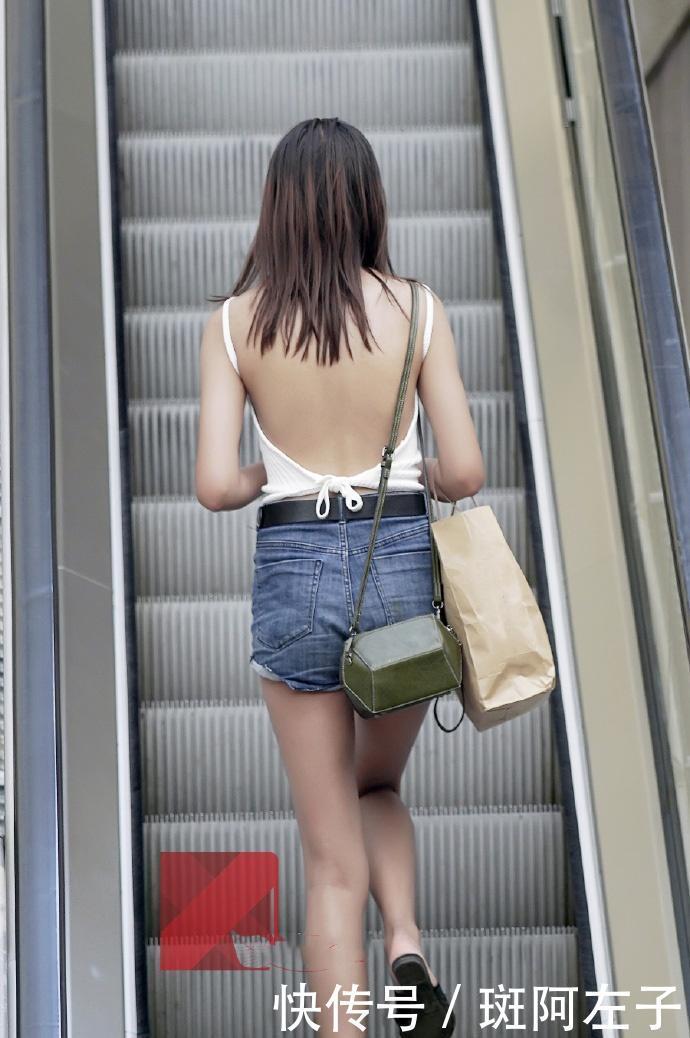 街拍:小姐姐深藏不露,穿条背心出门,转身的那一刻惊艳了插图(5)