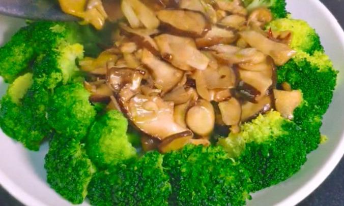 美食推荐:西兰花和香菇的搭配 真的绝了 大家都试一试叭