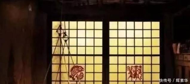 古代偷看屋内,舌尖点破窗棂纸?纯属虚构。其实是扎个小眼