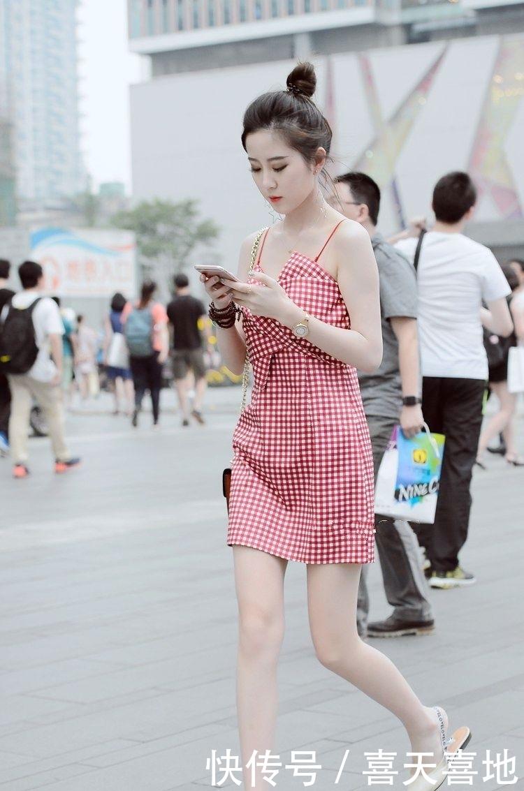 街拍:简约不简单,美女真会穿,秀出的大长腿真不是开玩笑的插图(4)