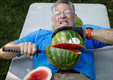 切勿模仿!男子肚皮当菜板切西瓜创世界纪录