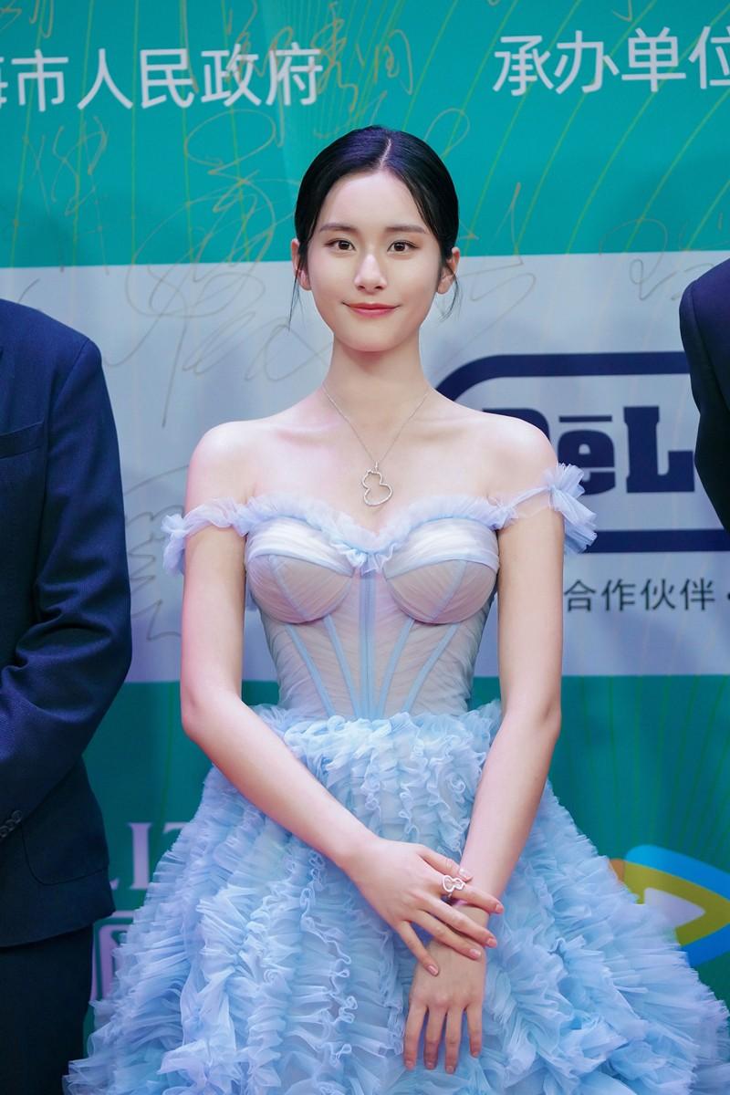 范诗然携《三叉戟》亮相白玉兰 水蓝纱裙清纯优雅气质出众